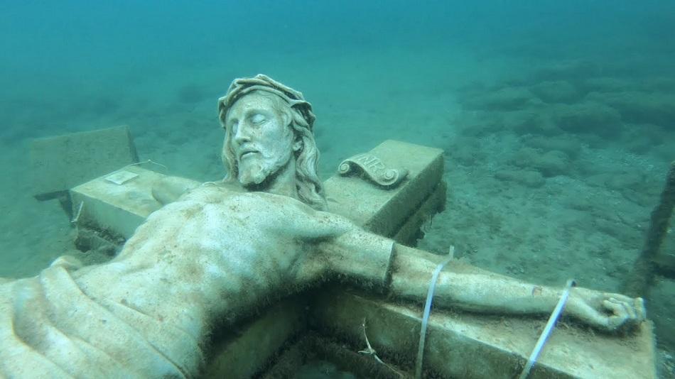 Un crucifix urias a aparut in apele unui lac