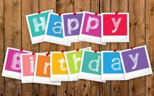 Felicitare pentru zi de nastere sau aniversare, cu cartoane colorate cu mesajul Happy Birthday