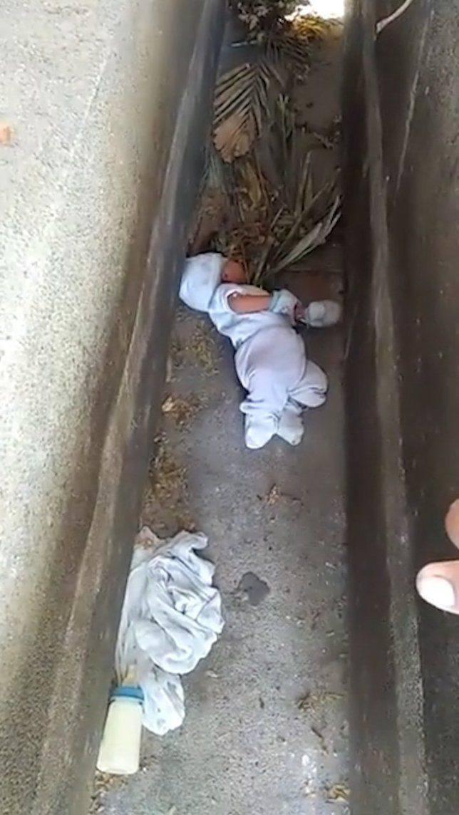 Bebelus, abandonat printre morminte! Micutul de 2 luni a fost salvat la timp. De ce l-a pus mama acolo