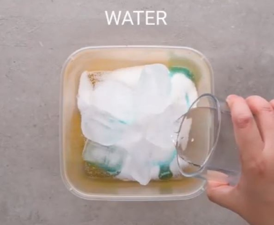 Caserolele de plastic devin noi-noute daca le cureti folosind aceasta metoda