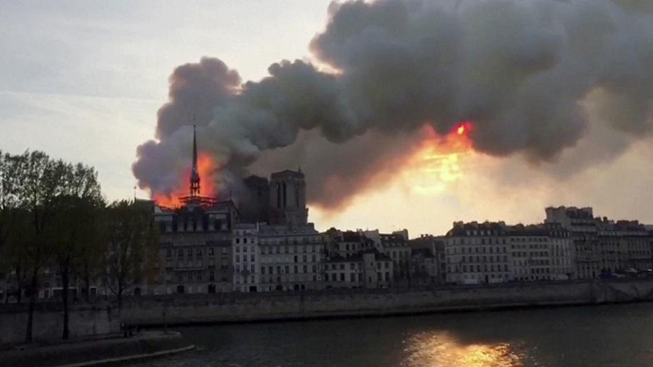 Catedrala Notre-Dame, incendiu de proportii