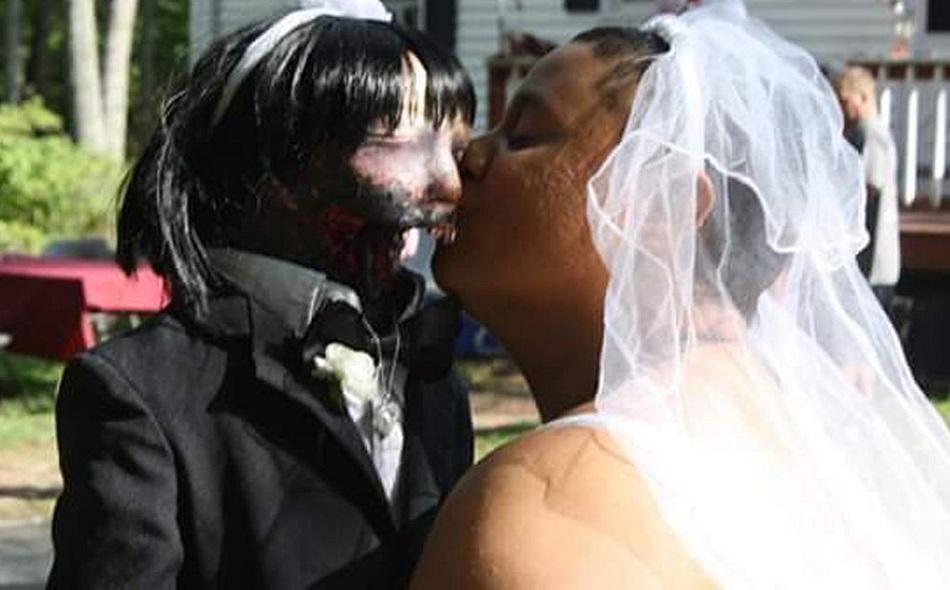Femeia care s-a maritat cu o papusa zombie a ajuns la Politie