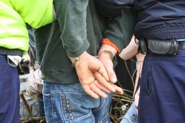 Un adolescent din Hunedoara a violat o fetita de opt ani