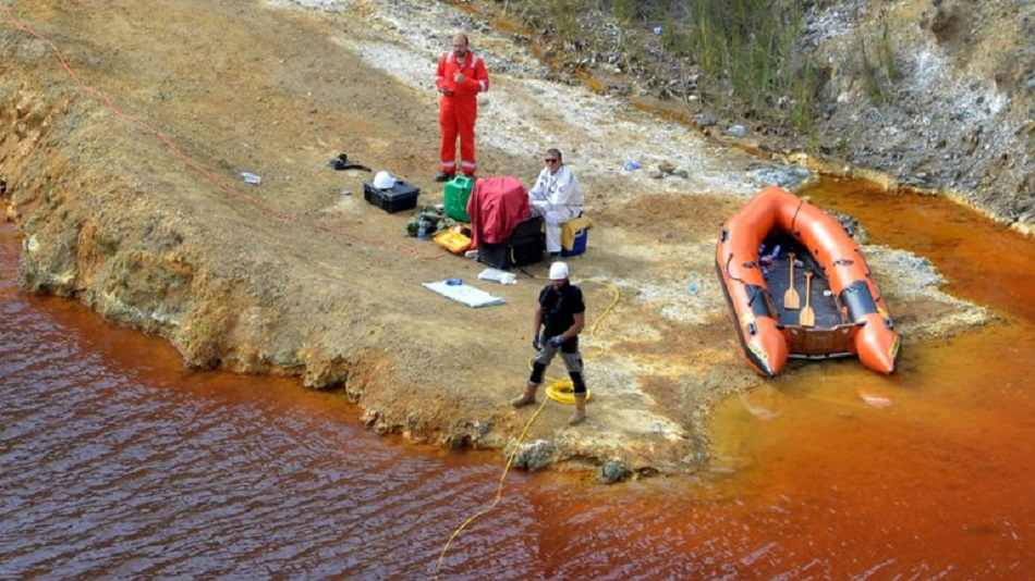 Valiza cu un cadavru in interior, descoperita intr-un lac toxic
