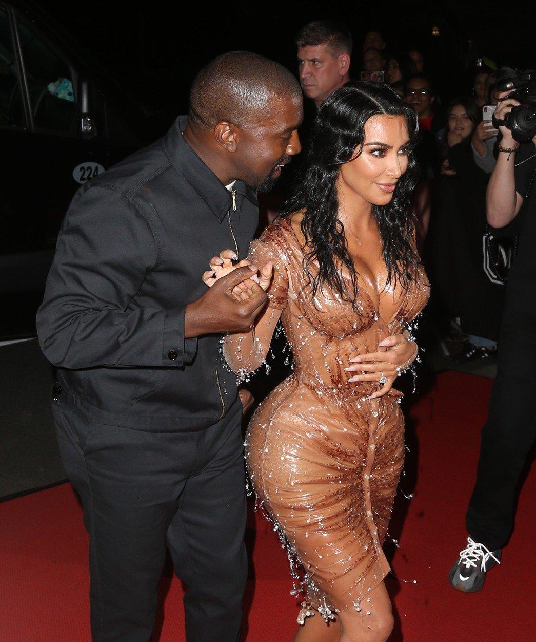 Kim Kardashian si-a botezat al patrulea copil! Ce cuvant din BIBLIE a ales drept pronume...