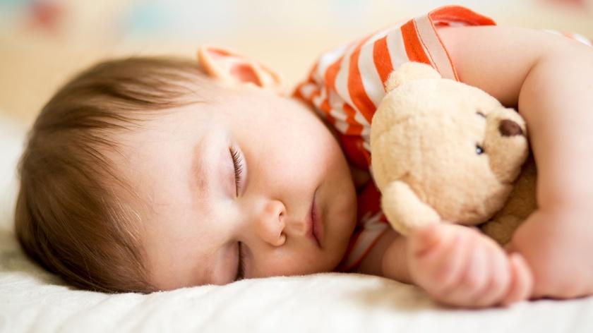 O fetita de 6 luni a stat langa cadavrele parintilor ei timp de trei zile