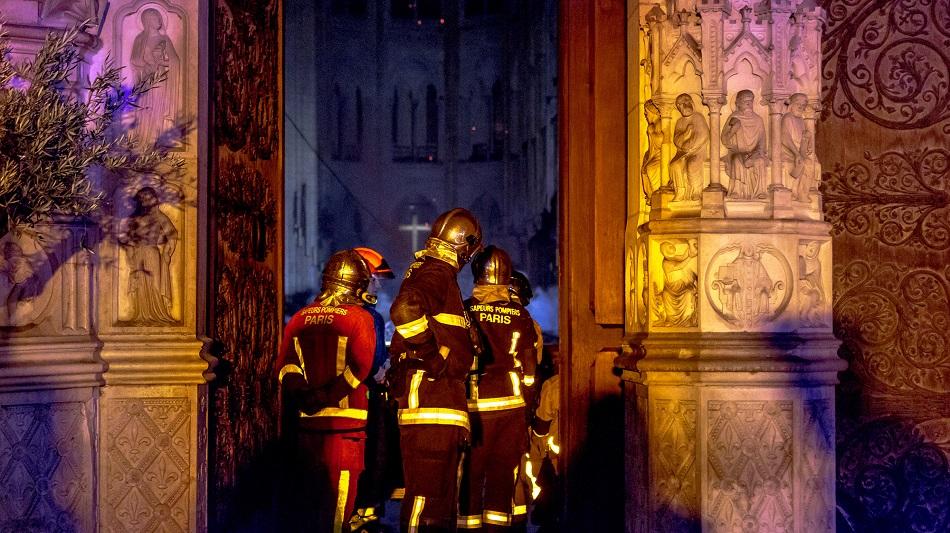 Sase pompieri care au intervenit la Notre Dame, au fost arestati
