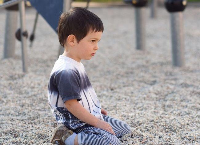 Un copil bolnav de autism, dat afara din biserica