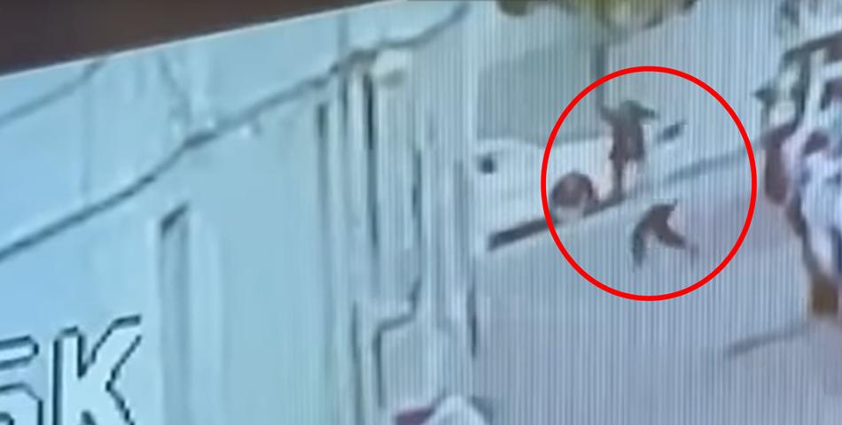 Un tanar salveaza un baietel de 2 ani care cazuse de la etajul 5 VIDEO
