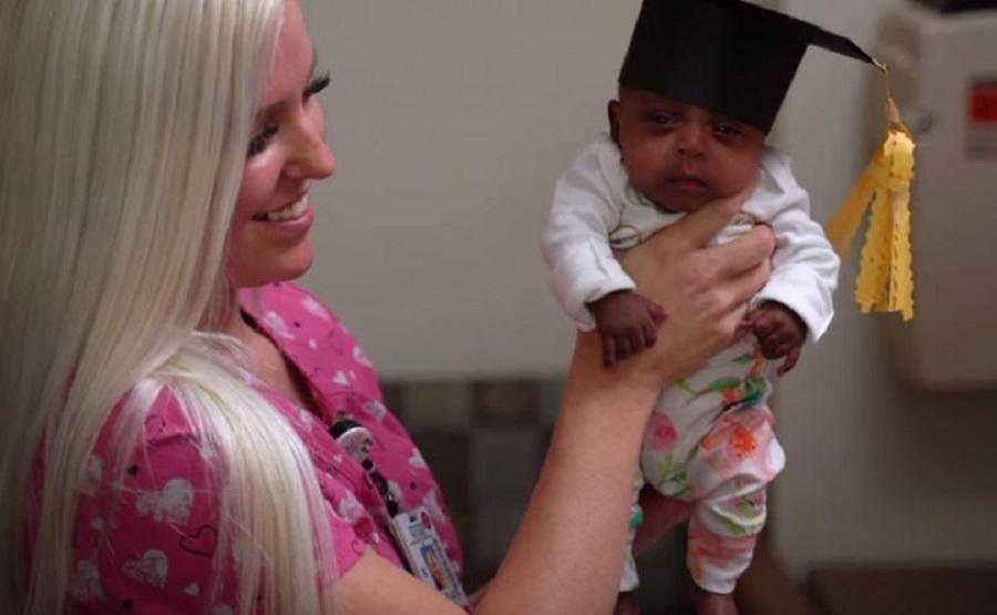 Cel mai mic bebelus din lume! La nastere cantarea doar 245 de grame