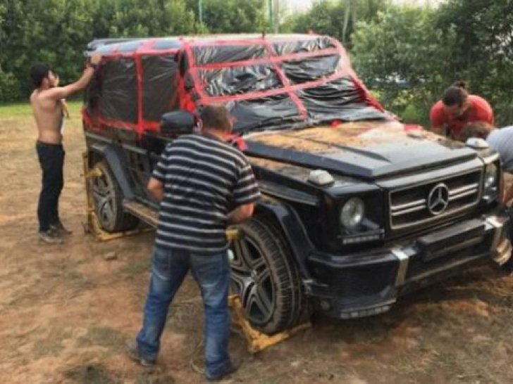Un Mercedes-Benz G-Class a fost ingropat in pamant
