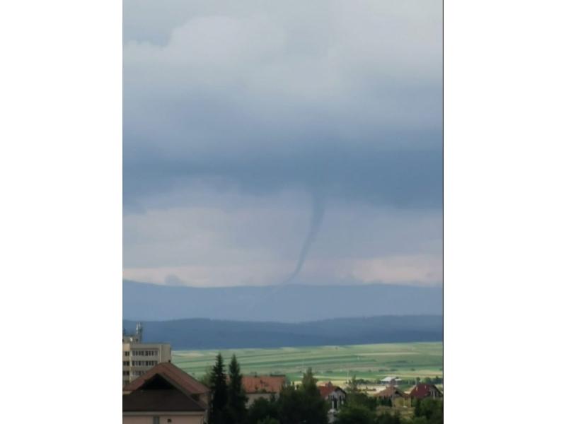 O tornadă a fost surprinsă într-un județ din Transilvania