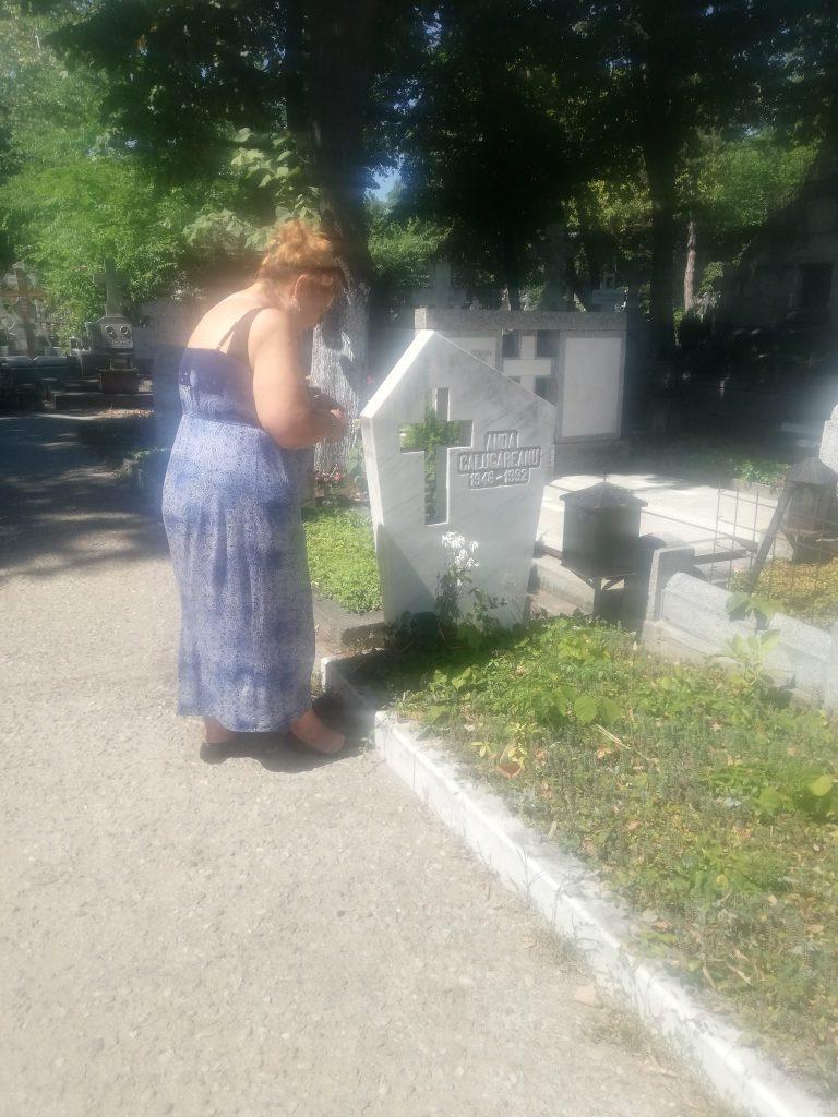 Ioana Tufaru la mormantul mamei sale
