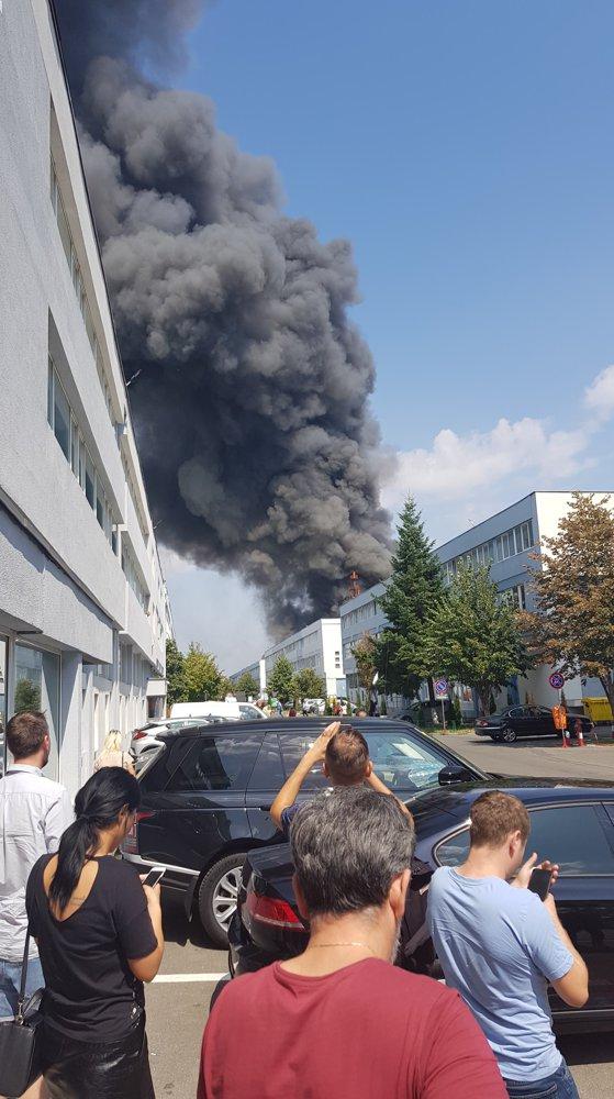 Incendiu puternic la o hală din nordul Capitalei