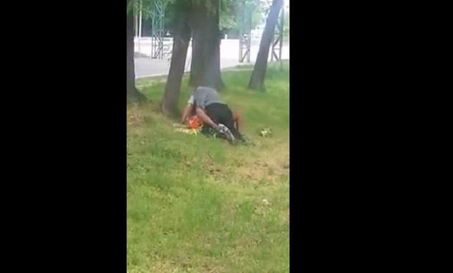 Doi batrani fac amor in parc