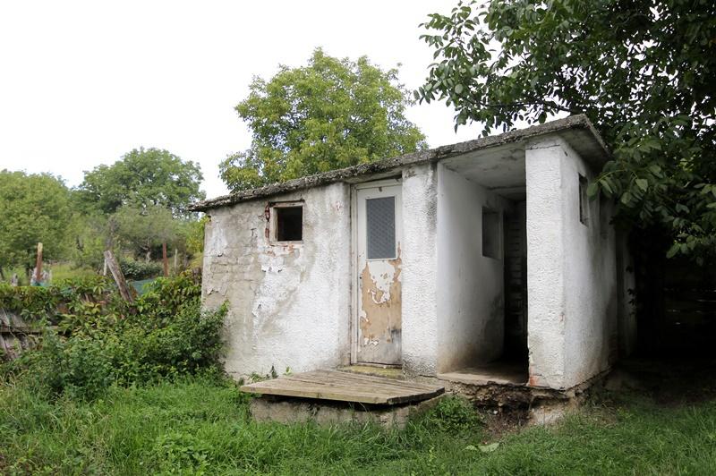 Grădiniță cu o groapă pe post de latrină
