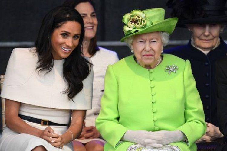 """Suverana dorea foarte mult ca toată familia să fie prezentă la sfârşitul săptămânii trecute la Castelul Balmoral din Scoția pentru a asista la Jocurile din Highlands. Însă ducesa de Sussex a ales să zboare singură în SUA, pentru a asista la finala US Open în care a jucat buna ei prietenă Serena Williams. Finală pe care a pierdut-o în fața Biancăi Andreescu.  Regina Elisabeta a II-a a Marii Britanii face un efort neobișnuit să lege o relație strânsă cu soția prințului Harry, Meghan. Se spune că suverana în vârstă de 93 de ani încearcă să o facă pe Meghan să nu se simtă pe """"dinafară"""" și îi face fel de fel de invitații la evenimente regale.  Potrivit comentatorului regal Duncan Larcombe, aceste gesturi reprezintă un privilegiu pentru ducesa de Sussex, în vârstă de 38 de ani. Kate Middleton nu s-a bucurat de aceeați atenție din partea reginei ca Meghan Markle, tocmai pentru că ea a intrat în familia regală treptat."""