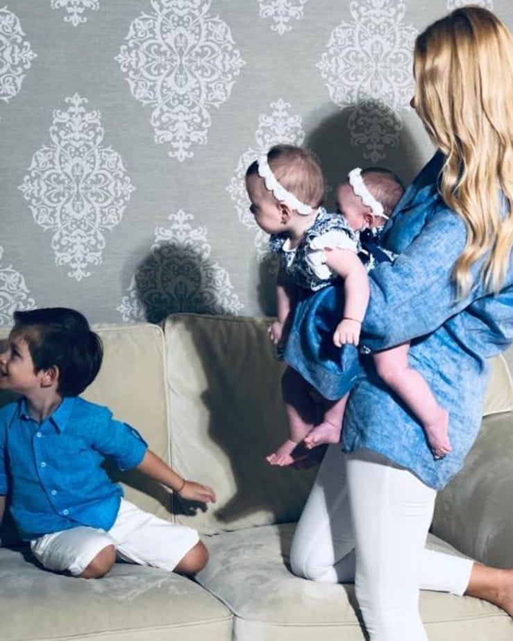 Prima poza cu Valentina Pelinel si cei trei copii.