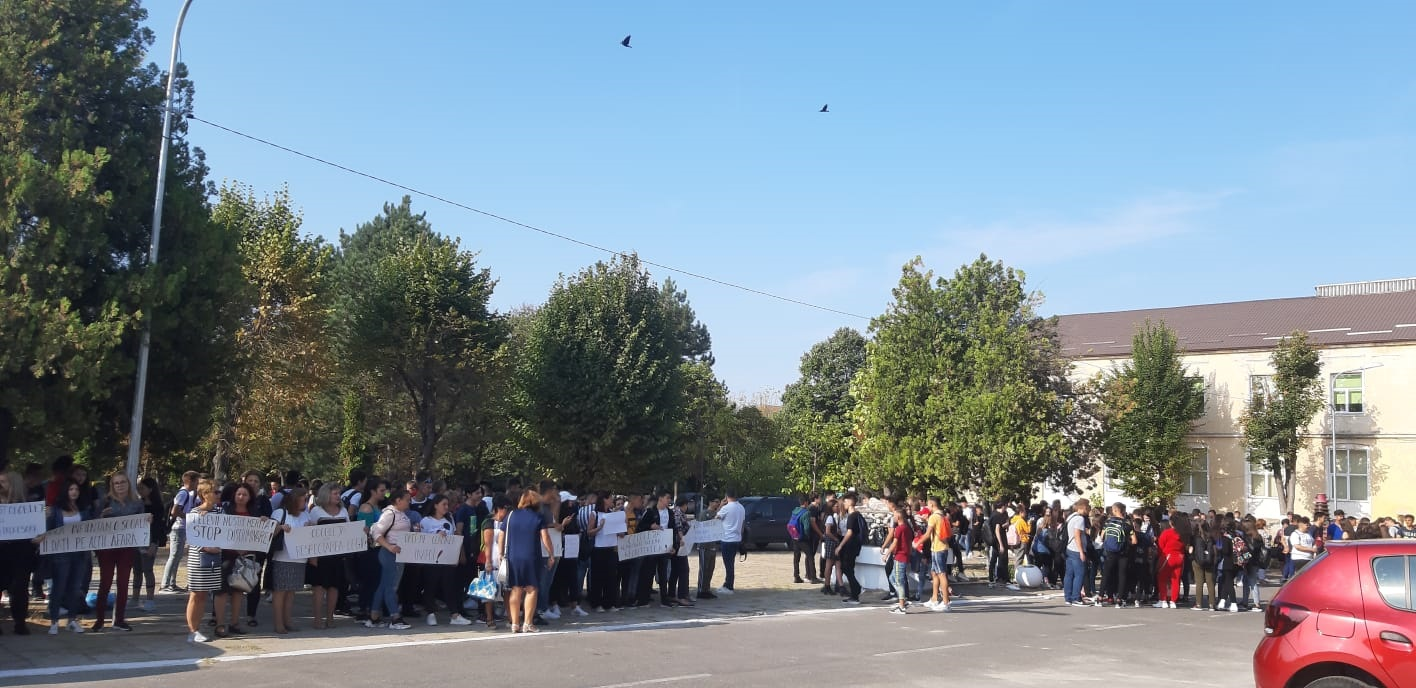 Protest și ore ținute în curtea școlii