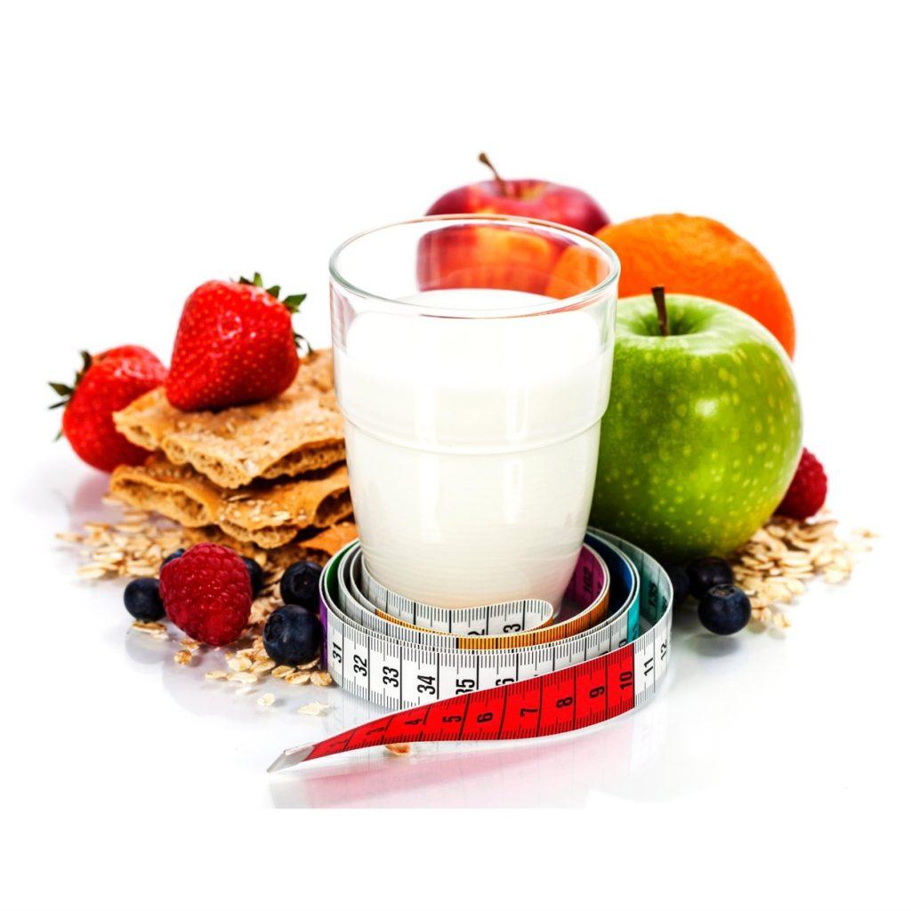 Alimente care slabesc. Pahar cu lapte, capsuni, mere, metru
