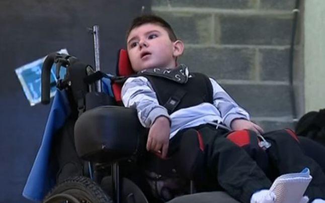 Un băiat a rămas paralizat după ce mâncat un burger