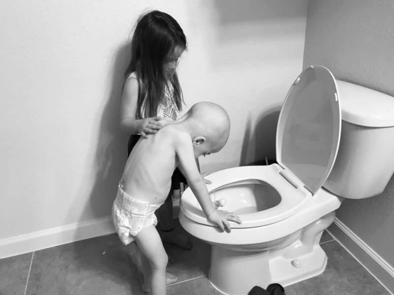 Ce cuvinte ar putea descrie imaginea asta? O copilă își încurajează frățiorul, bolnav de cancer, al cărui trup abia face față chimioterapiei.