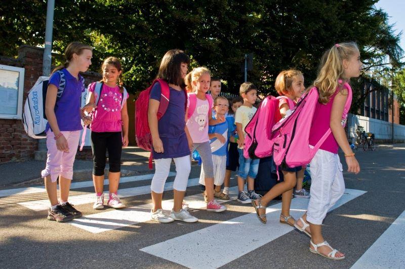 Prima zi de scoala 2019- Copii traversand pe trcerea de pietoni