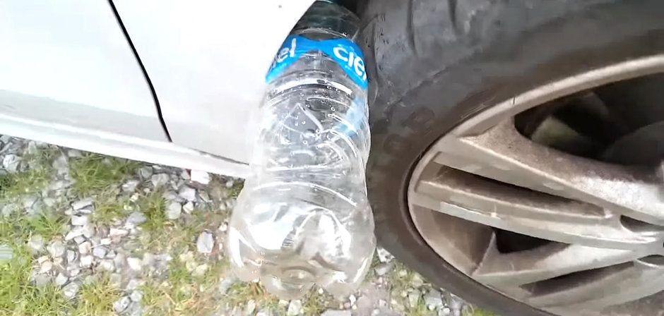 sticla de plastic pusa la roata masinii