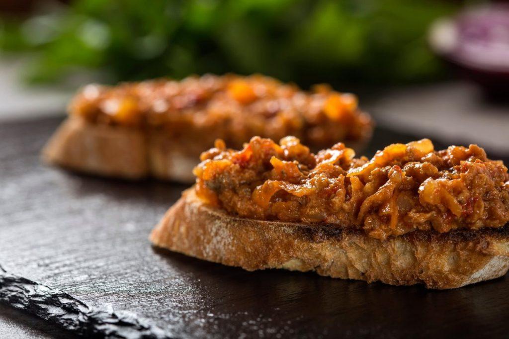 Zacusca de fasole boabe. Foto felie de paine cu zacusca