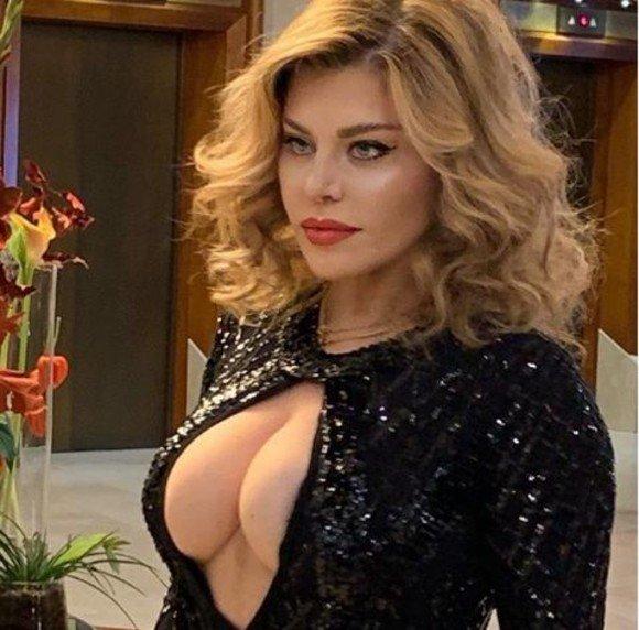 Loredana Groza, in cea mai decoltata rochie