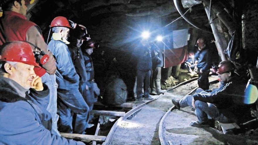 Minerii de la minele Paroșeni și Uricani s-au blocat în subteran