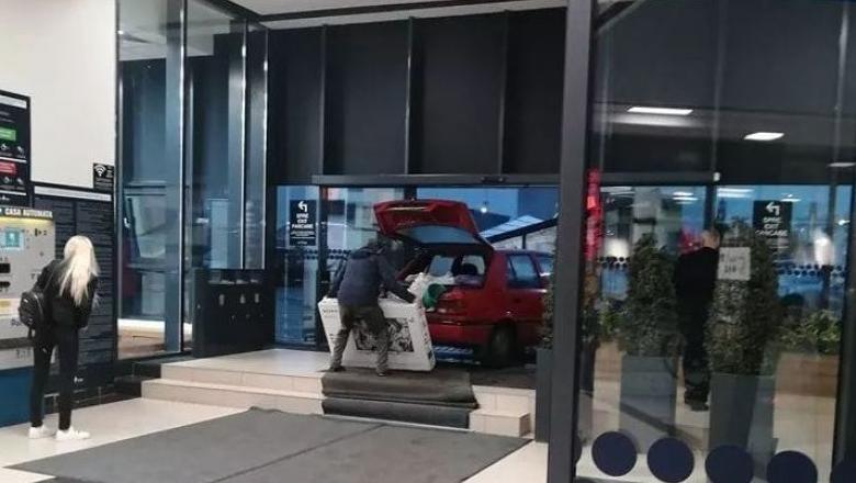 Un șofer a intrat cu mașina într-un mall