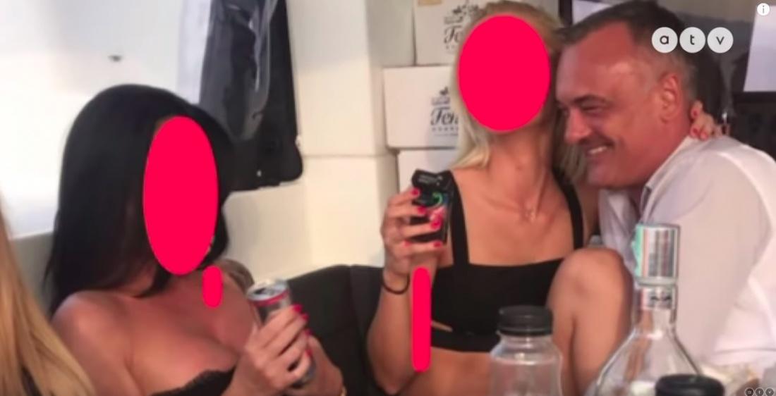 Un primar a fost filmat intr-o orgie