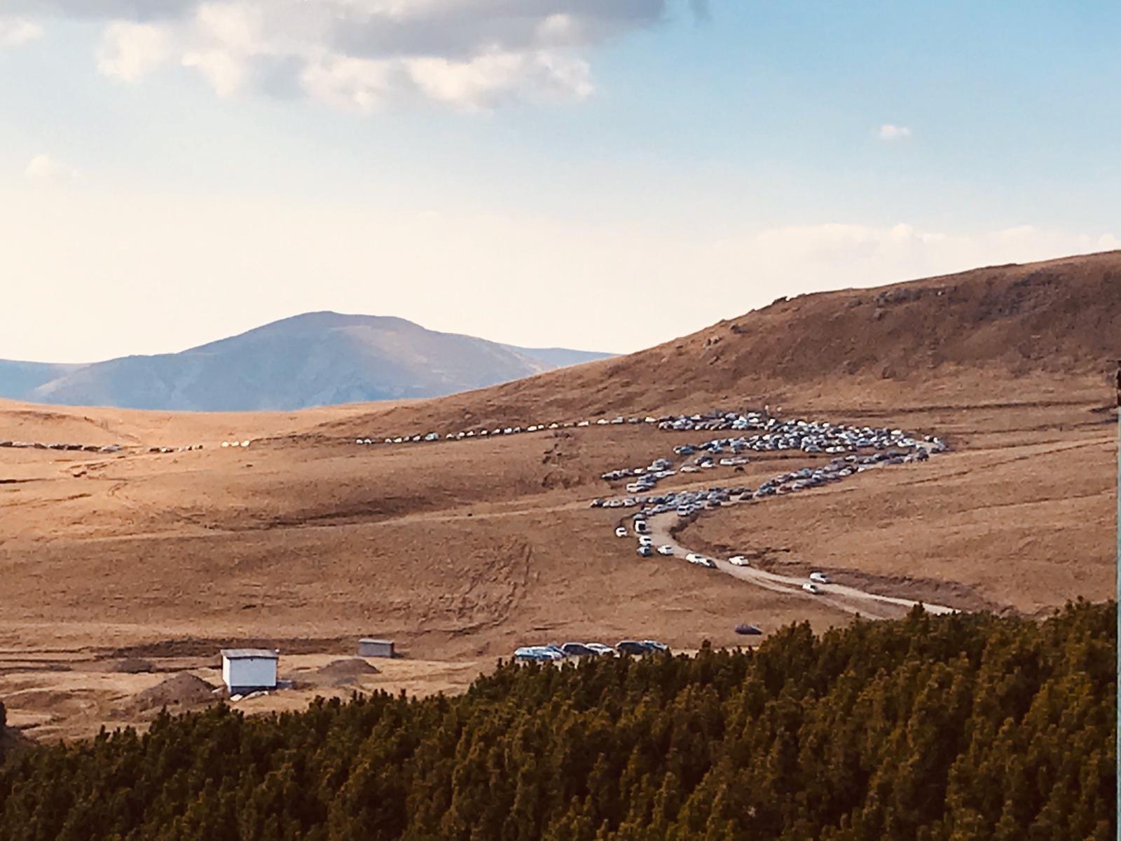 Zona înaltă a Bucegilor, plină de turiști