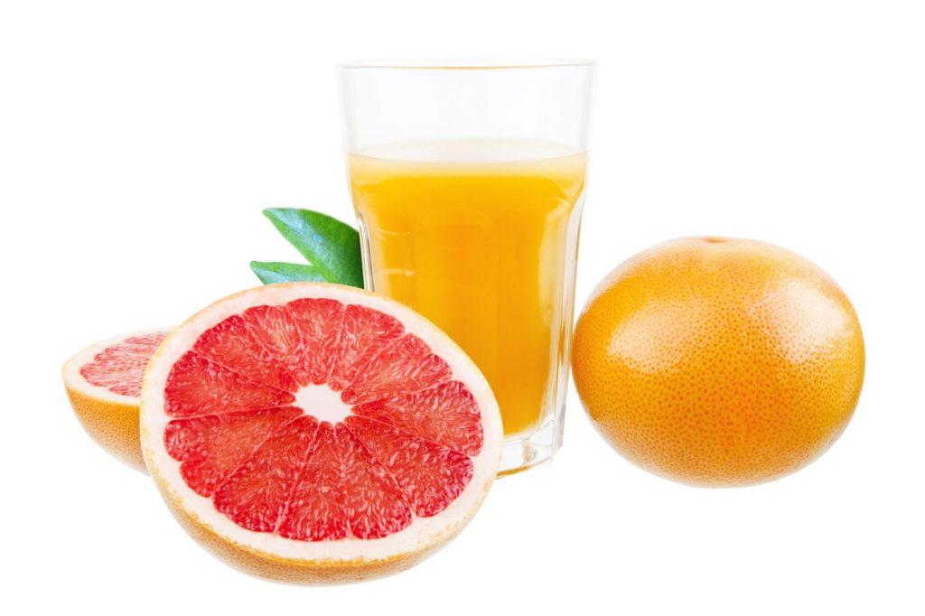 Dieta cu grapefruit. Foto grapefruit taiat si pahar cu suc de grapefruit