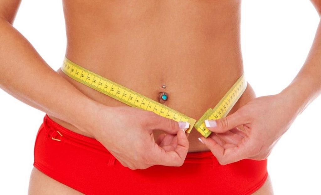 Dieta Mayo. Foto femeie in bikini cu un metru in jurul taliei