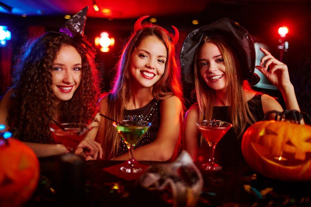 petreceri Halloween 2019 Buucresti. Foto femei costunate de halloween
