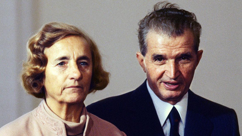 Ce făceau de fapt soții Ceaușescu după ce dădeau mâna cu oamenii