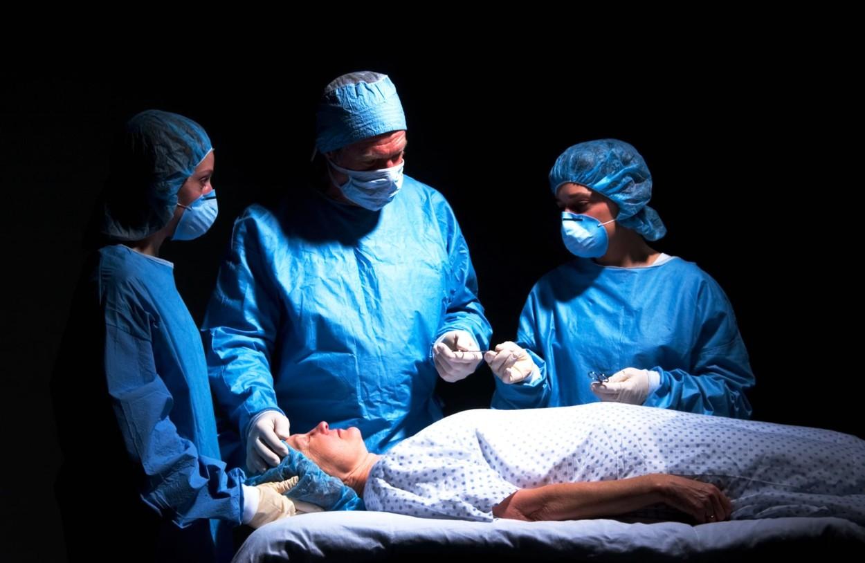 O femeie a fost incendiată pe masa de operații