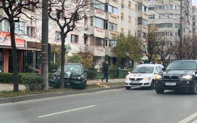 Un șofer beat a intrat cu mașina într-un copac
