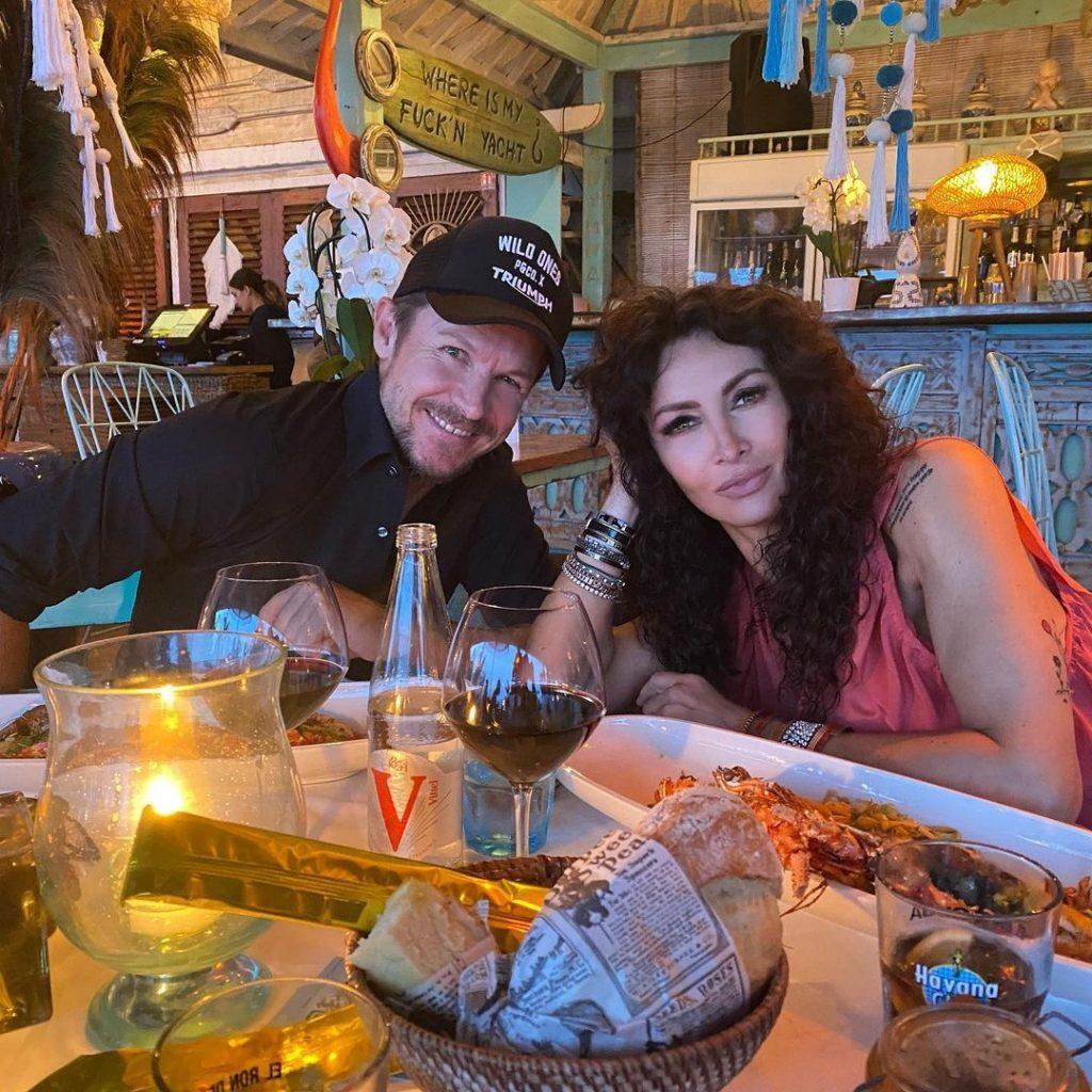 Mihaela îl ține pe Felix departe de România